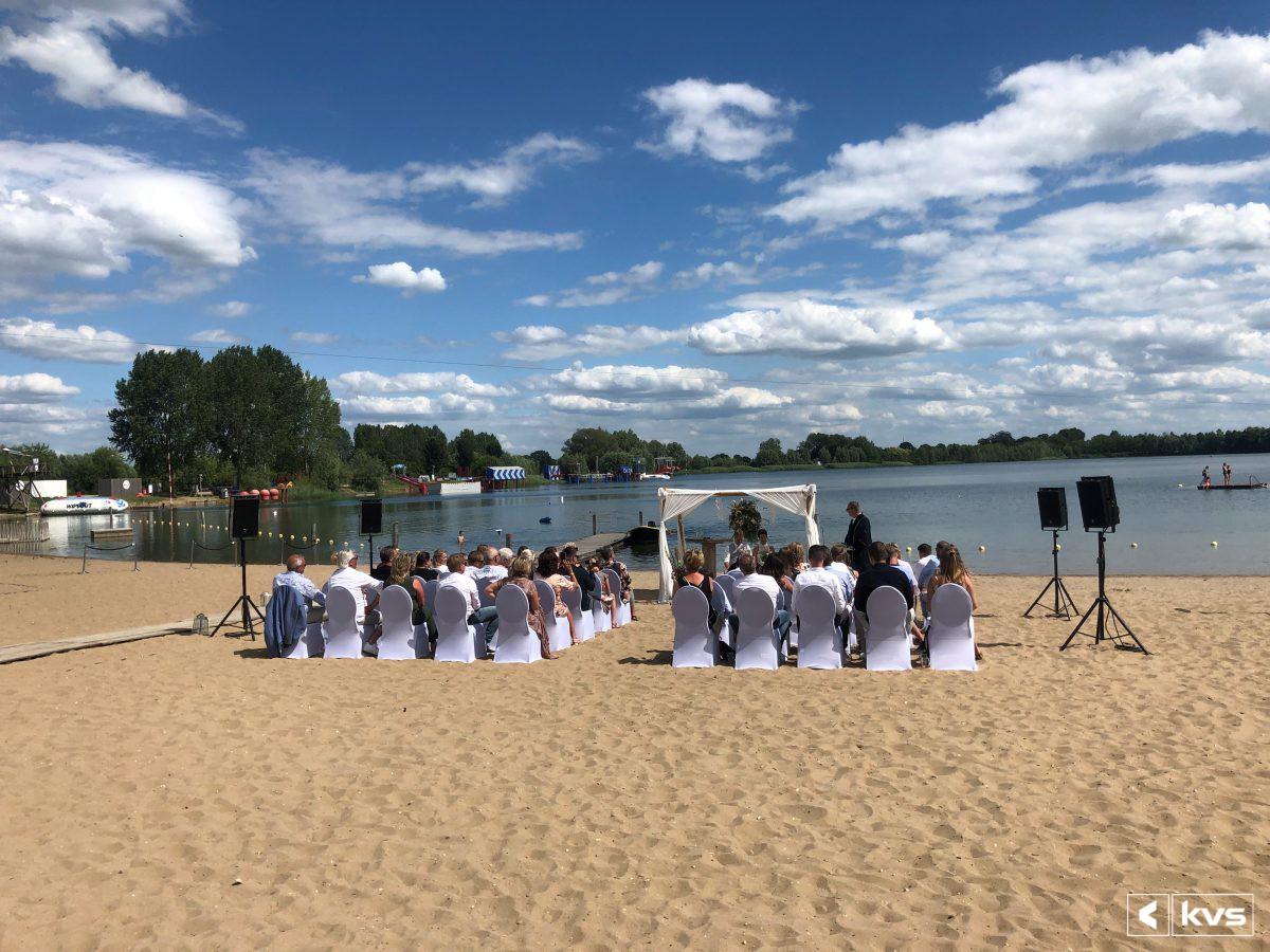Bruiloft ceremonie op een strand